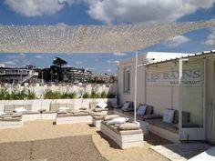 Tout blanc et installé directement sur la plage, le #restaurant Les Bains du Nau offre une superbe vue sur la baie de #LaBaule.