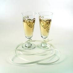 Myös lasia voi koristella ääriviivatarroilla. Tarrat kestävät muutaman kevyen huuhtelun ja lähtevät tarvittaessa irti jälkiä jättämättä.