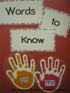 Des mots à connaître accrochés sur la porte d'entrée de la classe (velcro)  Mrs. Bremer's Kindergarten