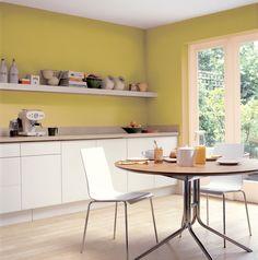 Warme, zonnige en uitnodigende kleuren passen goed bij een keuken. Kleurgebruik in deze keuken: Mat Goud, Nectar, Roomwit, Ivoorwit en Citroengeel. De kleuren uit het Flexa Strak op de muur palet zijn kleurvast en blijven dus lang mooi.