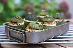 Courgettes farcies à l'italienne. Pour 6 personnes : 6 courgettes rondes - 400g de viande hachée de veau - 250g de Ricotta (1 pot) - 2 gousses d'ail - 6 pétales de tomates confites à l'huile d'olive - 3 cuillères à soupe de pignons de pin - 100g de pancetta (ou si vous ne trouvez pas de coppa ou de lard fumé) - sel, poivre, piment de Cayenne (facultatif)