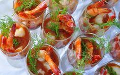 Cocktail di scampi e mazzancolle - Una variante del classico cocktail di scampi: in questa ricetta vengono usate anche mazzancolle e la salsa per condire è una citronette molto saporita.