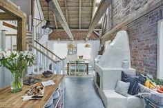 Przestronny dom zaaranżowano w eklektycznym stylu z wyraźną dominacją rustykalnych rozwiązań. Drewno, biel i czerwone...