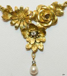 """Art Nouveau Gold """"Three Flower"""" Necklace (Details). 18K Gold, Old European Cut Diamonds. France 1890 - 1900."""