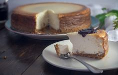 Pamper Your Family And Your Taste Buds By Making This Stupendous Dessert Want to hear something funny? Until just a couple of years ago, I had never baked a cheesecake. It's true! I love a classic cheesecake Keto Cheesecake, Low Calorie Cheesecake, Plain Cheesecake, Frozen Cheesecake, New York Style Cheesecake, How To Make Cheesecake, Classic Cheesecake, Easy Cheesecake Recipes, Dessert Recipes