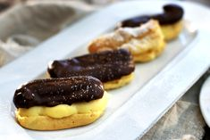 Eclairs med vaniljekrem og sjokoladeglasur Hot Dog Buns, Hot Dogs, Pancakes, Bread, Eclairs, Baking, Breakfast, Food, Morning Coffee