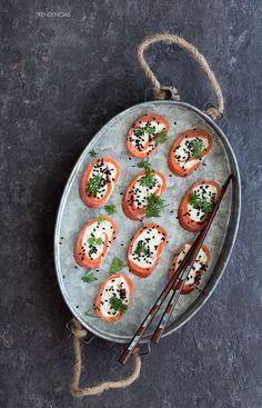 Rollitos de salmón ahumado, crema de wasabi, lima y manzana verde. Receta con fotografías del paso a paso y sugerencias de presentación...