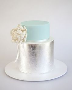 Hojas plateadas metalizadas y turquesa. Un sueño de modernidad hecho realidad. Simple y perfecta para una boda íntima. Foto de Sweet Tiers en Flickr.