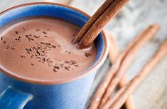 7 ways to make hot chocolate look and taste like it came from a coffee shop . Chocolate Protein, Hot Chocolate Recipes, Snack Jars, Restaurant Specials, Collagen Drink, Bacon Stuffed Mushrooms, Chocolate Caliente, Liquid Diet, Kakao
