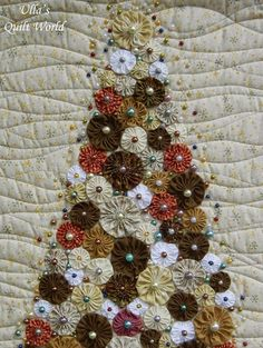 "~ YoYo Christmas Tree Quilt ~ by Ulla Niemela | Burda Patchwork quilts et appliqués"" nr 40 - winter 2013 ( French edition) under the name ""Mon beau sapin"""