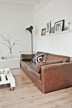 Tips That Help You Get The Best Leather Sofa Deal. Leather sofas and leather couch sets are available in a diversity of colors and styles. A leather couch is the ideal way to improve a space's design and th New Living Room, My New Room, Living Room Chairs, Living Room Furniture, Sectional Furniture, Living Area, Dark Furniture, Furniture Ideas, Hektar Ikea