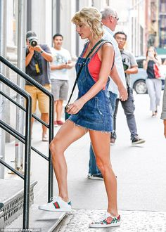 Quick change!Taylor, 26, looked gorgeous in some patterned leggings and a slouchy off-the-shoulder T-shirt before swapping out her gym clothes for a cute denim outfit
