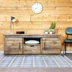 Vous aimez les matières brutes et les meubles aux finitions vieillies ? Vous allez adorer ce meuble tv de style industriel en bois de manguier. Dimensions (HxLxP) : 60 x 160 x 40 cm. Livraison Standard au pied de l'immeuble, sur créneau journalier (du lundi au vendredi).
