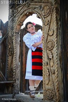 "O fotografie din Maramureș a fost inclusă în ""Top 25 fotografii de calatorie Romania People, Romanian Girls, Romania Travel, Costumes Around The World, City People, Folk Costume, People Of The World, Traditional Dresses, Lace Skirt"