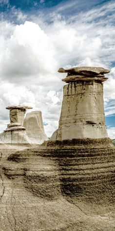 See the awesome Hoodoo's in Drumheller / Dinosaur Provincial Park! 10 Amazing Things To See And Do In Alberta, Canada! Visit the incredible Jasper National Park Columbia Icefields Banff National Park Lake Abraham Lake Louise Peyto Lake and so mu Cool Places To Visit, Places To Travel, Places To Go, Canadian Travel, Canadian Rockies, Banff National Park, National Parks, Dinosaur National Park, Drumheller Alberta
