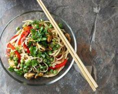 Salade de nouilles minceur au poulet et légumes dorés au sésame : http://www.fourchette-et-bikini.fr/recettes/recettes-minceur/salade-de-nouilles-minceur-au-poulet-et-legumes-dores-au-sesame.html