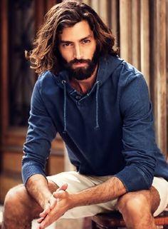 Coiffure pour homme style cheveux longs.