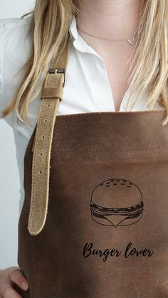 Yes vandaag is het wereld hamburgerdag🍔 wat is jou favorieten hamburger?  #bbq #bbqlife #bbqjunkie #bbqnl #bbqschort #lerenschort #lerenschortmetnaam #bbqapron #leatherapron #hamburger #wereldhamburgerdag #cheesburger Madewell, Bbq, Reusable Tote Bags, Fashion, Barbecue, Moda, Barbacoa, Fasion, Trendy Fashion