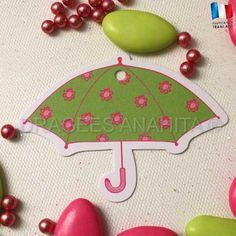 Un étiquette en forme de parapluie pour orner vos contenants et boites à dragées.