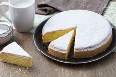 La torta margherita è un dolce a base di uova, farina e zucchero aromatizzato con vaniglia e limone. Ottima da farcire, per la merenda o la colazione.