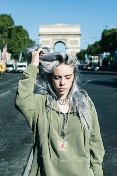 Eilish knows how to effortlessly pair sneakers with baggy, layered looks. In Paris, she debuted new colorways of the Air Jordan 1 Explorer XX and the women's-specific Air Jordan 3 Bordeaux. Billie Eilish, Air Jordan 3, Photos Des Stars, Videos Instagram, Album Cover, Wallpapers Android, Layered Look, American Singers, Music Artists
