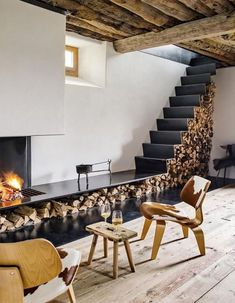 Swiss Alps: A unique loft, at an altitude of 2000 meters .-Schweizer Alpen: Ein einzigartiges Loft, auf 2000 Meter Höhe – WELT The entree on the ground floor with a fireplace, stairs and firewood storage was formerly a cowshed - Home Interior Design, Interior Architecture, Modern Interior, Chalet Interior, Interior Stairs, Rustic Wood Floors, Wood Flooring, Hardwood Floor, Log Homes