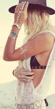 Love the cut off top and bra underneath, it can get so hot at festivals, this is perfect!