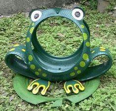 If you have old car tires hanging around in the garage put them to work growing vegetables. Remove the center hub and just use the rubber tire itself. The tires make handy plant containers and are easy to place out in the garden. Use a single tire. Tire Garden, Garden Deco, Diy Garden Projects, Garden Crafts, Tire Furniture, Modern Furniture, Furniture Design, Recycled Furniture, Tired Animals