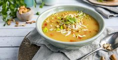 Kyllingsuppe med chili og kokosmelk Frisk, Cheeseburger Chowder, Thai Red Curry, Chili, Food And Drink, Soup, Ethnic Recipes, Cilantro, Red Peppers