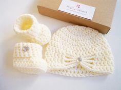 New baby gift set Crochet baby gift Newborn hat and shoes set Baby shower gift New baby photo prop Crochet baby hat Crochet baby booties