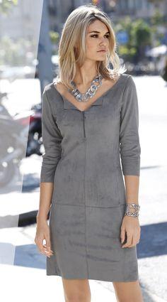 Mit diesem Kleid in Velourslederoptik gibt es die Komplimente gleich mitgeliefert! Ob Business oder eleganter Anlass: Das Mini-Kleid beeindruckt mit dem weich fallenden Velourslederimitat und einem atemberaubenden Schnitt.