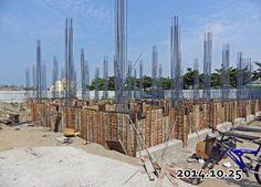 2014-11-29-地基 四面的牆 板模起來了,瑝家有要求板模要提供七成以上新的版模 ,這樣縫隙比較小,水泥灌下去的密度高 ,而且牆面也漂亮