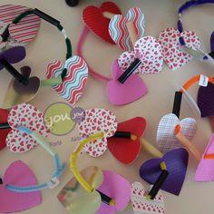 Bugün şönile pipet parçaları ve renkli kalpler takarak bilezik yaptık. İpe dizmek el-göz koordinasyonunu, konsantrasyon becerisi ve ince motor kaslarının gelişimi için çok önemli. Küçük yaşlarda şönil bu iş için ideal malzeme. Farklı yapıdaki tüylerin ve kartonların kullanımı ise duyusal bütünleme açısından faydalı