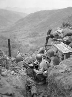 US soldiers defending a position in korean front.