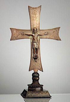 Croix d'autel 1er quart 13e siècle SITE DE PRODUCTION Toscane (origine) TECHNIQUE/MATIÈRE bronze , doré DIMENSIONS Hauteur : 0.48 m Largeur : 0.27 m