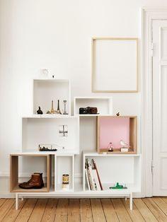 Plankensysteem - Muuto. Het Deense merk Muuto streeft ernaar om de Scandinavische design traditie met nieuwe originele ontwerpen. Het merk dankt zijn naam aan het Finse woord Muutos, wat betekent 'nieuwe perspectieven'. Mooi om simpele toepassing van planken / boxen. Geeft zo een leuk geheel. Ook vind ik de souvenirs in de 'kast' leuk. Dit geeft een persoonlijk en gezellig effect. Je krijgt zin om te gaan reizen.