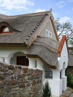 Csodás parasztházak, melyek minden porcikájukban őrzik a hagyományt | Sokszínű vidék European House, Traditional House, Rustic Wood, Hungary, My Dream Home, Home Projects, Countryside, Building A House, Farmhouse