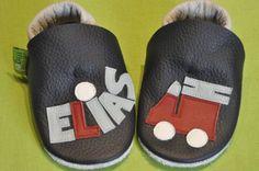 Elias erste Krabbelpuschen mit Feuerwehrauto  , ein individuelles und sehr persönliches Geschenk zur Geburt oder Taufe