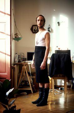 El fotógrafo que vistió a los hombres con la ropa de sus novias para hablar de equidad de género