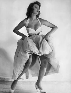 In an old photo of action on black and white of the great italian actrees #SophiaLoren ||| #MemoryHollywood #CinemaItaliano #Italy ...