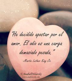 """He decidido apostar por el amor. El odio es una carga demasiado pesada."" ~Martin Luther KingJr #Frases #Motivacion #MartinLutherKingJr"