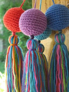 crochet around a ping pong ball and make tassel. Crochet Home, Love Crochet, Diy Crochet, Crochet Flowers, Crochet Fringe, Crochet Bunting, Crochet Motifs, Crochet Patterns, Yarn Crafts