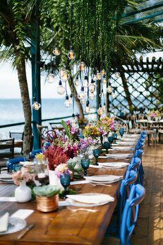 Paola Lorenzetti e Eduardo Fernandes de Miranda tiveram um charmoso casamento em Paraty! Taís Puntel assinou a decoração colorida e vibrante.