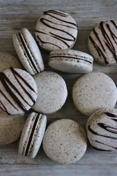 These Oreo French Macarons are so delicious! These are super easy to make and even better to enjoy! These Oreo French Macarons are so delicious! These are super easy to make and even better to enjoy! French Macaroon Recipes, French Macaroons, How To Make Macaroons, Italian Macarons, French Recipes, Köstliche Desserts, Dessert Recipes, Baking Recipes, Cookie Recipes