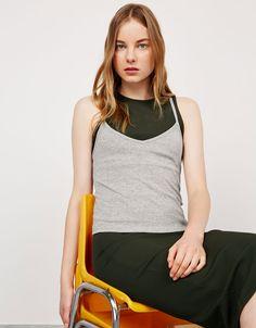 Camiseta tirante fino rib. Descubre ésta y muchas otras prendas en Bershka con nuevos productos cada semana