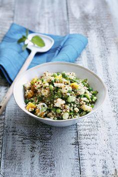 Une jolie salade qui joue sur tous les contrastes, du quinoa aux légumes en passant par la feta et la mangue.
