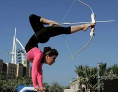 That is some serious archery skills. (I wonder if she hit the target?) Want to learn Archery? Get Archery Lessons in Toronto . Archery Girl, Archery Bows, Archery Games, The Meta Picture, Flexible Girls, My Sun And Stars, Plein Air, Funny Photos, Fitness Motivation