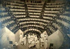 Dr. William Rodman operando en anfiteatro quirúrgico (Filadelfia, 1902)