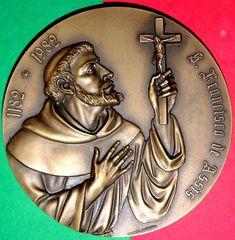 SAINT FRANCIS OF ASSIS / 1182 - 1082 / COMMEMORATING 8º CENTENARY HIS BIRTH Catholic Medals, Saint Francis, Small Words, Bronze Sculpture, Birth, Saints, Artist, St Francis, San Francisco