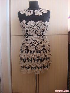 Vestido brasileiro, esquema russo.          A estilista Vanessa Montoro veste sua obra.    Variação do modelo